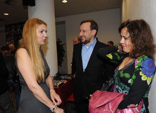 Lehečka s brunetkou na párty Martiny Formanové.