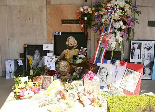 Před dům Marilyn Monroe v Los Angeles lidé přinesli květiny, fotky, namalované obrázky i svíčky.