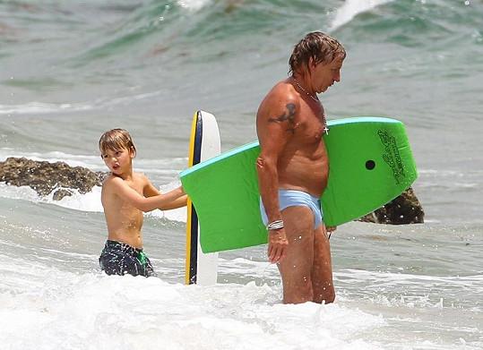 Rod Stewart s malým Alastairem ve vlnách Atlantského oceánu.