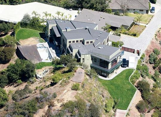 Nemovitost za 115 miliónů, kterou si Rihanna v roce 2009 koupila v Beverly Hills.