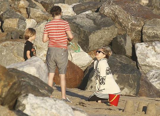 Šťastná rodinka na pláži.