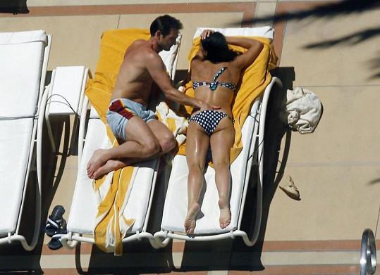 Frank Lampard strká Christine Bleakley ruku do plavek.