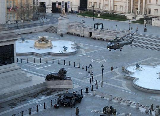 Tom Cruise přistává na Trafalgarském náměstí.
