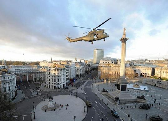 Helikoptéra s Tomem Cruisem nad Trafalgarským náměstím.