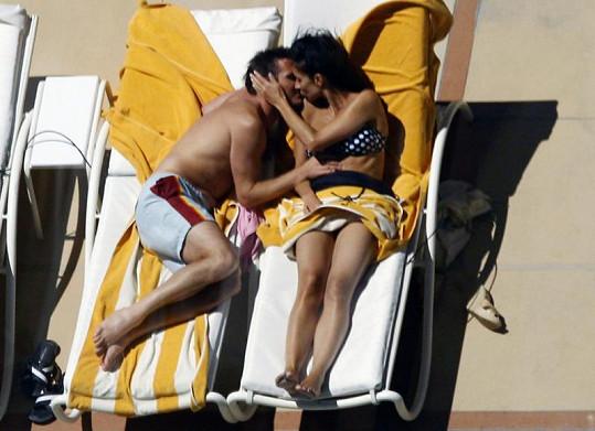 Frank Lampard a Christine Bleakley se vášnivě objímají.