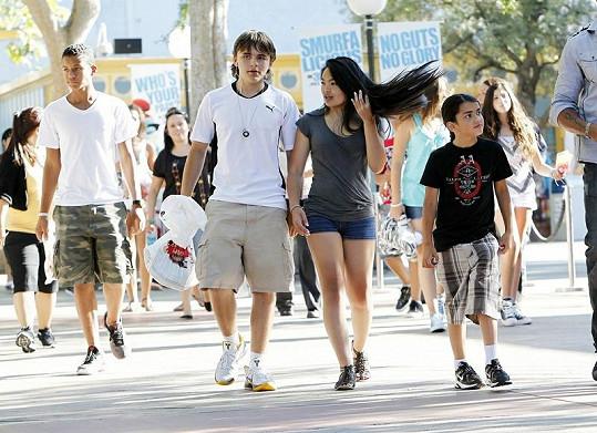 Prince Michael s neznámou dívkou a bratrem.
