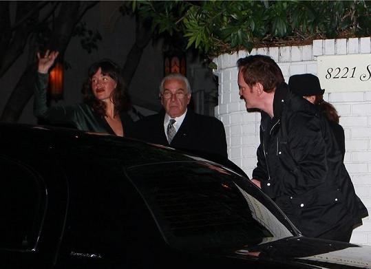 Tmavovlasé herečce pomohl režisér nastoupit, sám krátce poté u auta zakopl a upadl na zem.