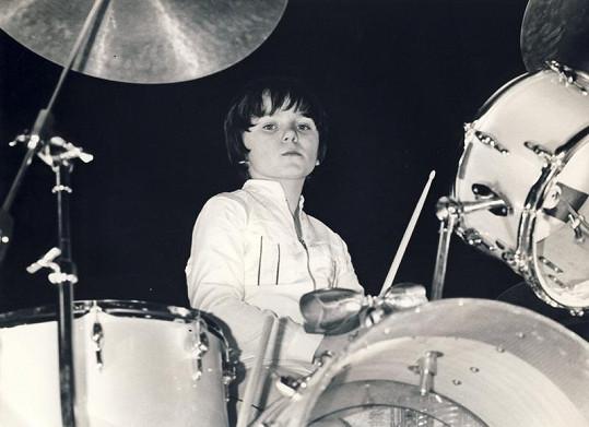 Na bubny začínal už jako malý.