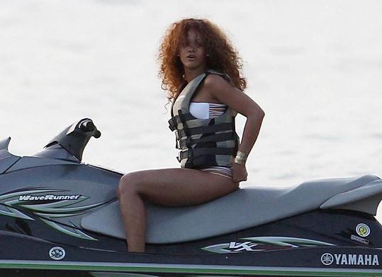 Rihanna a její kudrnaté háro.