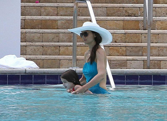 Maminka Katie učila pětiletou dceru plavat.