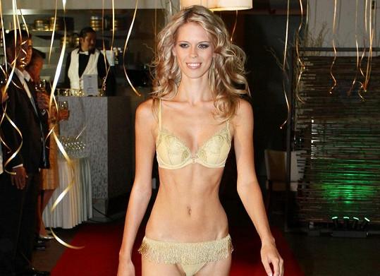 Extrémně štíhlá modelka na přehlídce spodního prádla
