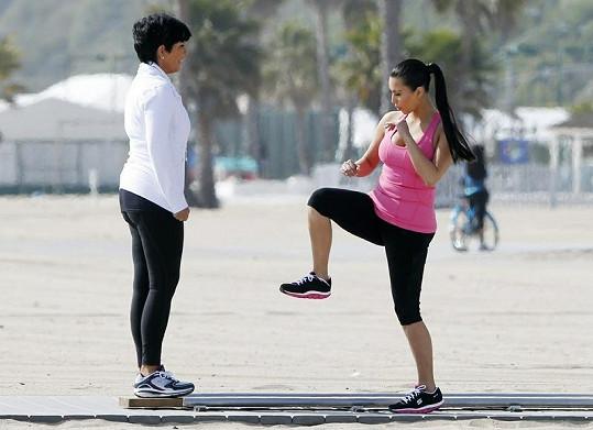 Kim cvičí s maminkou.