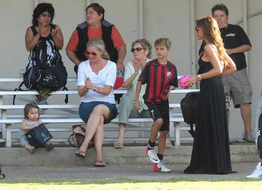 V sobotu si na hřiště Victoria oblékla šaty v maxi délce.