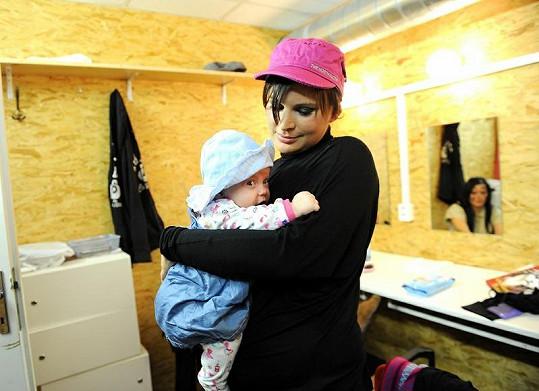 Jitka si vzala do zákulisí i dceru. Kvůli kojení.