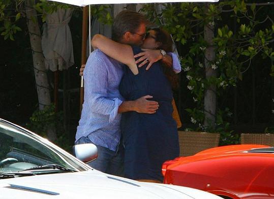 Brosnan prý svou manželku Kelly miluje více, než kdy předtím.