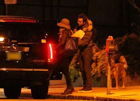 Blake a Ryan opouštějí hercův apartmán.