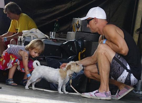 Matěj Homola se svou dcerou Laurou, která je tak trošku samorost.