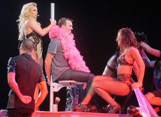 Britney se za nic netušícím fanouškem připravuje na výskok.