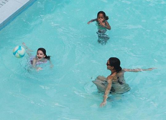 Katie si v bazénu také užívala.