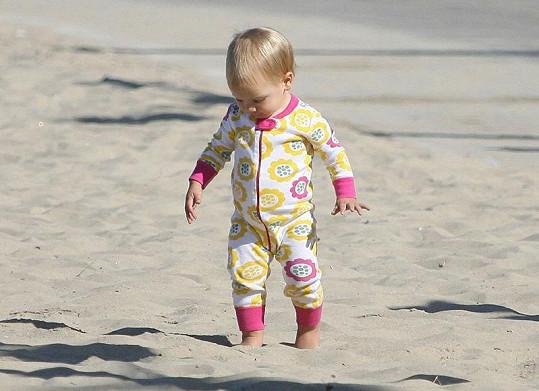 Čtrnáctiměsíční holčičku chůze v písku bavila.
