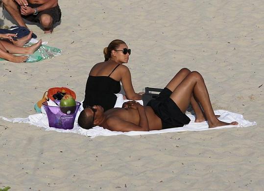 Beyoncé a Jay-Z si užívali společné chvíle na pláži. O dceru se jim mezitím starala chůva.