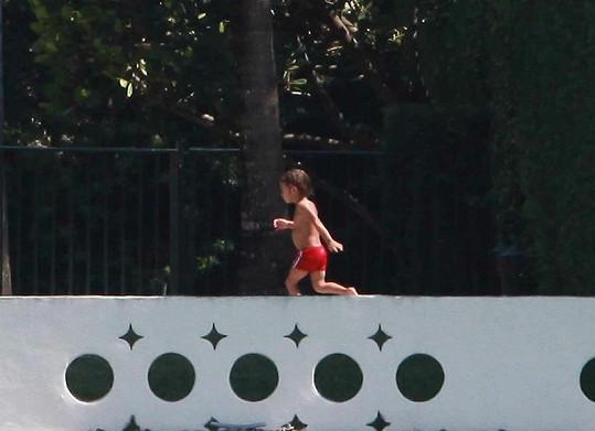 Tříletý Max běhá kolem bazénu.
