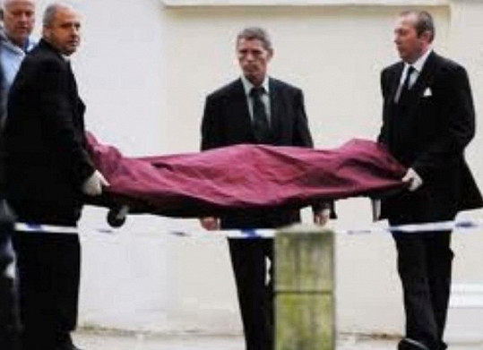 Pohřební služba odnáší mrtvé tělo Amy Winehouse.