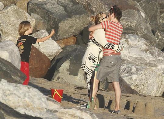 Kate Hudson a Matthew Bellamy se mají opravdu rádi. Vlevo syn Ryder.