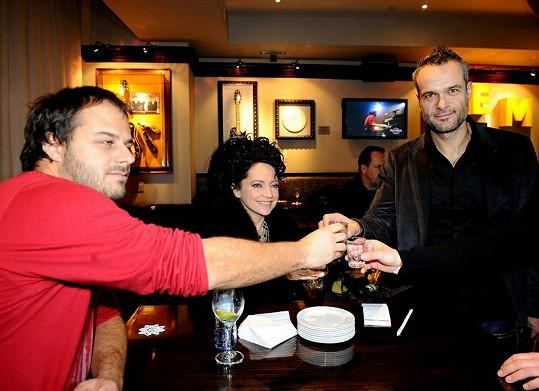 Jaro, Lucie Bílá a Xindl X si připili vodkou.