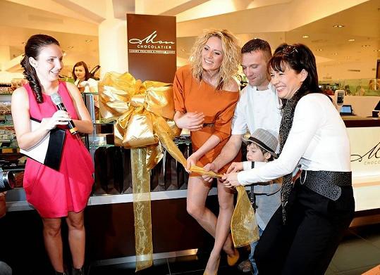 Tereza Kostková s Nikol Moravcovou za asistence majitele pralinkárny Martina Pokorného přestřihly pásku.