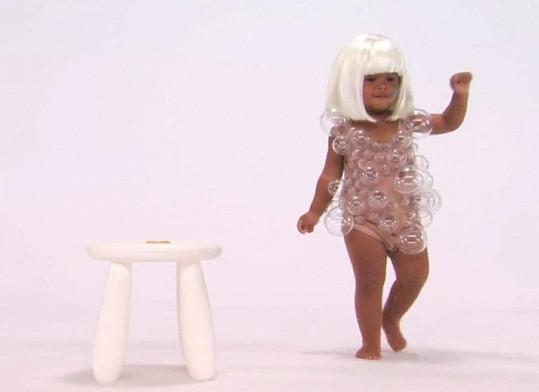Paruka a bublinkové minišaty, to je Lady Gaga v malém provedení.