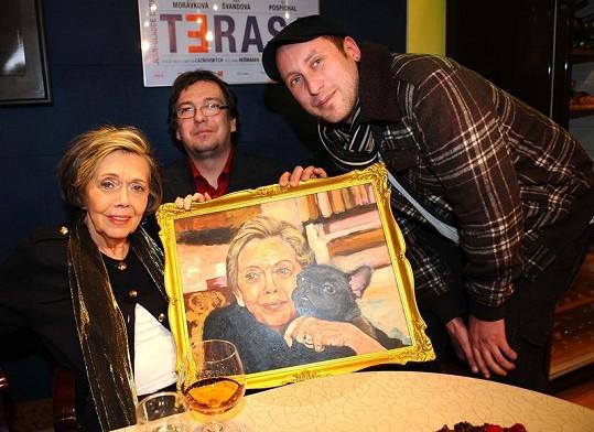Jirásková ke svým osmdesátinám dostala od Super.cz a Práva portrét s milovanou Amálkou. Na snímku s redaktorem a autorem díla Petrem Poláškem (vpravo).