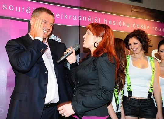 Míša Nosková zazpívala Petrovi Bendlovi k narozeninám.
