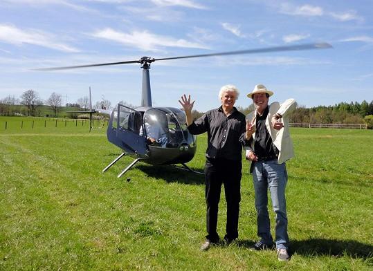 Bolek Polívka přiletěl ze své farmy vrtulníkem.