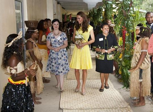 Místní ženy přivítaly Kate Middleton.