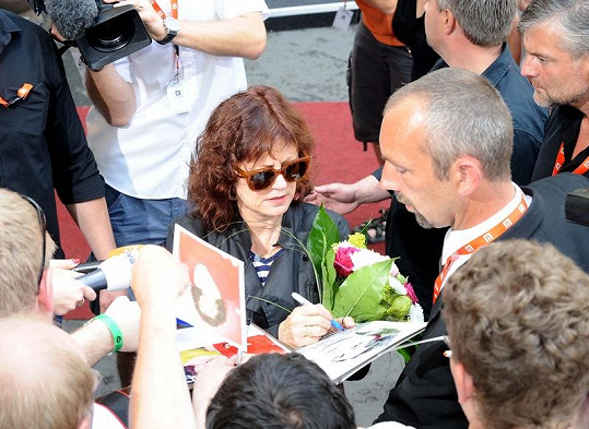 Susan rozdala před hotelem i pár podpisů.