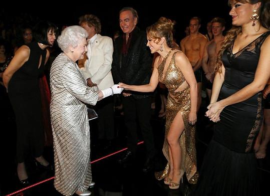 Královna si podala ruku i s Kylie Minogue.