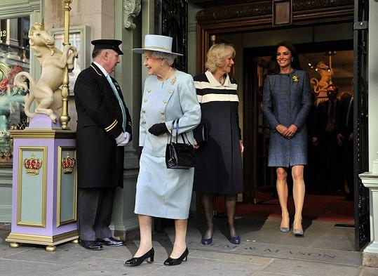 Královna Alžběta II., Camilla a Kate na návštěvě obchodního domu Fortnum & Mason.