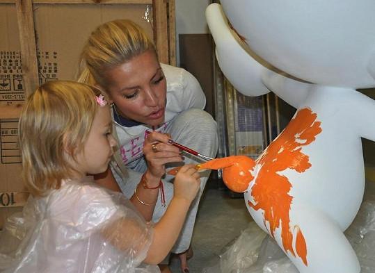 Dara a Laura právě malují Šmoulovi ocásek.