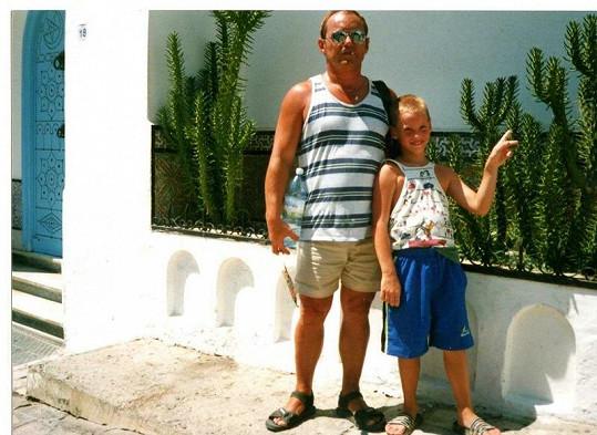 Dan s tatínkem na dovolené u moře.