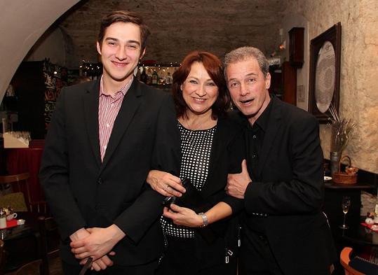 Zlata Adamovská vyrazila na premiéru se synem Petrem. Vpravo ředitel Divadla Ungelt Milan Hein