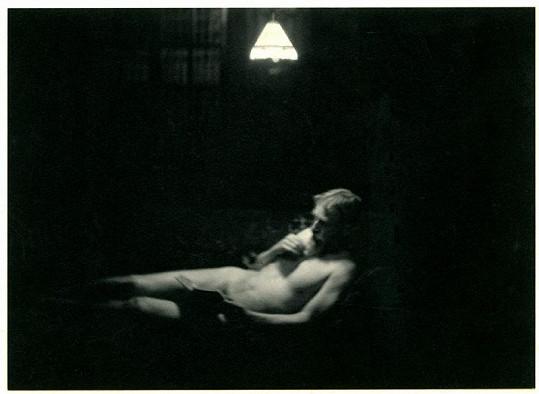 Nahý George Bernard Shaw s knihou.