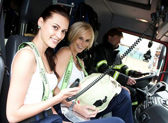 Mirka s Bárou se svezli i hasičským vozem.