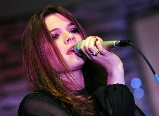 Burleskní umělkyně Elisa se věnuje i zpěvu.