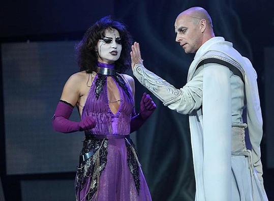 Scéna z rockové opery Klíč králů.