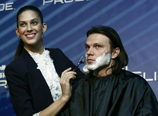 Aneta se holení Tomáše chopila se vší parádou.
