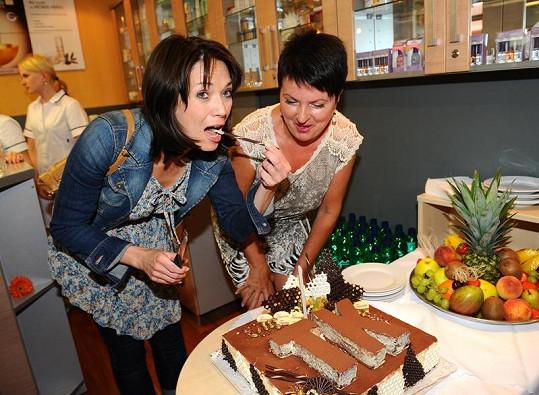 I když si Kostková drží figuru, tak dort ochutnala.