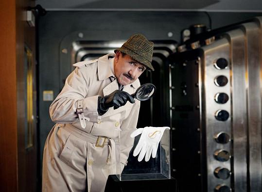 Petr Nárožný se změnil inspektora Clouseau z Růžového úantera.