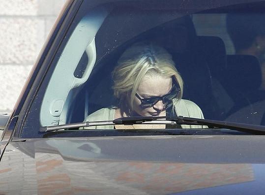 Lohan po návštěvě centra pro bezdomovkyně nasedla do automobilu, který řídila její právnička.