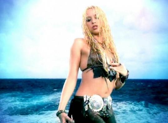 Shakira v klipu Whenever, Wherever byla ještě o poznání plnější.